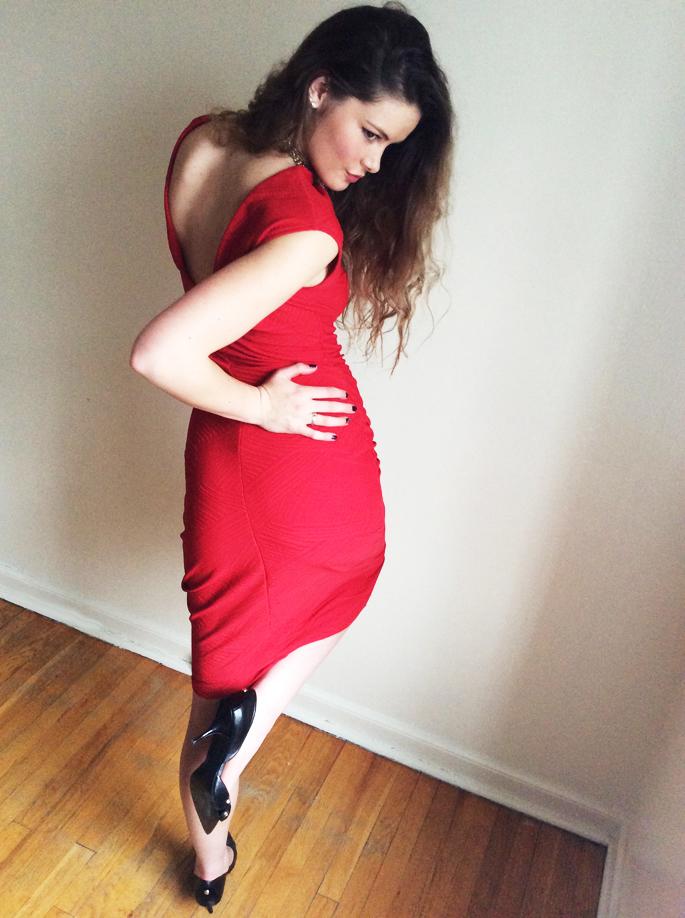 24-Mona_Lucero_Red_Knit_Shift_Dress_V-Back-4